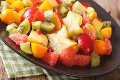 Экзотический конец-вверх фруктового салата на плите горизонтально Стоковые Фото