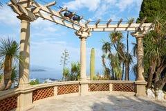 Экзотический сад с видом на море и тропические заводы, никто в солнечном дне в Монте-Карло, Монако стоковая фотография rf