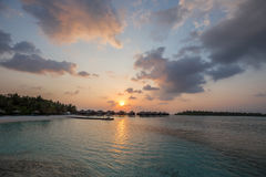Экзотический тропический рай над взглядом воды стоковые фото