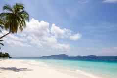 Экзотический seascape и красивый пляж белого песка в ampat раджи Стоковые Фото