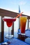 2 экзотических коктеиля на таблице, предпосылке моря Стоковое фото RF