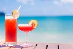 2 экзотических коктеиля на деревянном столе морем Стоковое фото RF