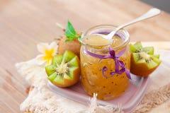 Экзотическое варенье кивиа с зрелыми плодоовощами на деревянной предпосылке Стоковое Изображение RF