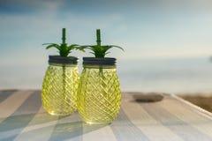 Экзотическое питье лета, который служат на древесине Пляж нерезкости как предпосылка Стоковое Фото