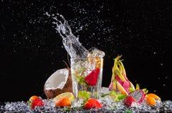 Экзотическое питье с выплеском на черной предпосылке Стоковая Фотография