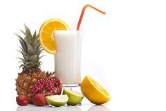 Экзотическое питье Pina Colada с плодоовощами Стоковые Фотографии RF