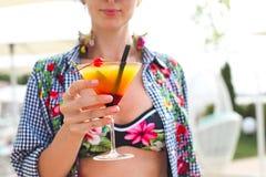 Экзотическое стекло коктеиля в руке женщины Стоковые Изображения RF
