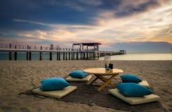 Экзотическое twilight обедая место на пляже Стоковая Фотография RF