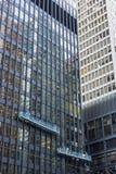 2 экипажа чистки окна работая в высотах на башне dow офиса Стоковое фото RF