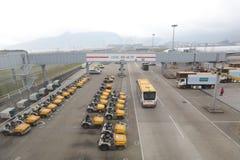 Экипажи багажа взлётно-посадочная дорожка, пустые подготавливают к нагруженный Стоковая Фотография RF