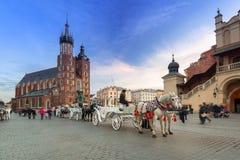 Экипажи лошади на главной площади в Кракове Стоковые Изображения