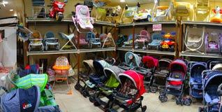 Экипажи малышей в магазине малышей Стоковое Изображение RF