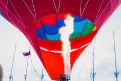 Экипаж воздушного шара надувает конверт горячего воздушного шара Стоковая Фотография RF