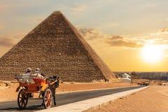 Экипаж в Гизе около пирамиды Cheops, Египта стоковая фотография