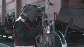 Экипаж железной дороги заварки человека сток-видео