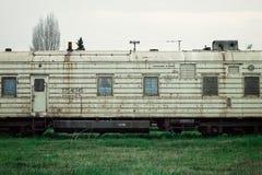 экипаж поезда ждать неопределенно близко к городу стоковое изображение rf