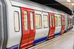Экипаж поезда Лондона подземный ждать для того чтобы уйти стоковое фото
