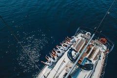 Экипаж яхты положил его ноги над стороной стоковое фото