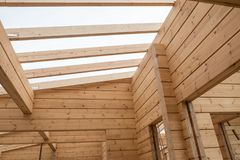 Экологически дружелюбный дом сделанный из древесины стоковая фотография rf