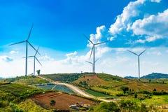 Экологически чистая энергия и электричество Geneating ветротурбин в голубом небе, Таиланде стоковое изображение