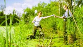 Эколог женщины беря образцы воды сток-видео