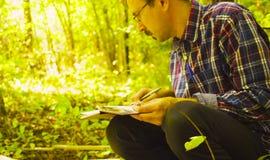 Эколог человека описывает заводы внутри квадратного места маркировки стоковое изображение
