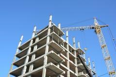 Экономическое развитие строя идти высок поднимает вверх tenement места дома жилища конструкции здания окна дома гаража фронта две стоковое фото