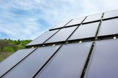 Экологическая панель установленная в поле и работу на солнечное Стоковое Фото