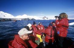 Экологические туристы от туристического судна Марко Поло в раздувной шлюпке зодиака на рае затаивают, Антарктика Стоковые Фото