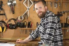 Экологический портрет плотника в мастерской Стоковая Фотография