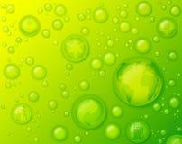 Экологически дружелюбная концепция с падениями воды на зеленой предпосылке Стоковые Фотографии RF