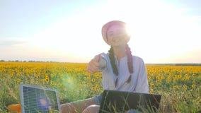 Экологичность, молодая женщина показывает символ утверждения используя панели солнечных батарей outdoors, женский в backlight с з акции видеоматериалы
