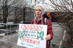 Эколог Evgenia Chirikova на пикетчике около тюрьмы где арестованный политик Nikolay Lyaskin содержит Стоковые Фото