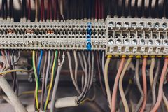 Экран в стене дома неправильное соединение, автоматическое распределение, провода запутано приведет к короткому замыканию стоковое фото