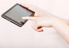 Экран девушки держа и щелкая таблетк-ПК Стоковые Изображения
