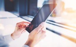 Экран девушки касающий таблетки, запачканной предпосылки горизонтально Стоковая Фотография RF
