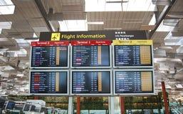 экран залы дисплея changi авиапорта стоковое изображение rf