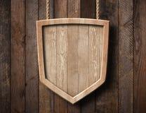 Экран защиты сформировал знак сделанный яркой древесины и висеть на веревочках с деревянной предпосылкой планок стоковые изображения rf