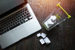 экран и охмеление компьтер-книжки пустой cart вполне подарков с copyspac Стоковое Фото