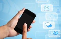 Экран касания руки на франтовском телефоне. Стоковая Фотография