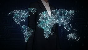 Экран коммерсантки касающий, интернет вещей значок технология соединяет глобальную карту мира, точки автомобиля делает карту мира акции видеоматериалы