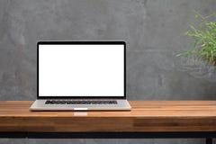 Экран компьтер-книжки пустой на деревянном столе Стоковое Фото