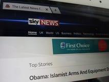 Экран компьютера показывая титульный лист новостей неба на интернете Стоковая Фотография