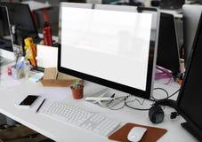 Экран компьютера с космосом дизайна на деятельности таблицы офиса Стоковое Изображение