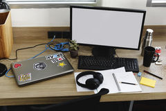 Экран компьютера с космосом дизайна на деятельности таблицы офиса Стоковые Фото