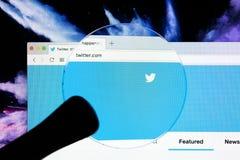 Экран монитора домашней страницы Яблока iMac имени пользователя Twitter под лупой Twitter социальная microblogging сеть, который  Стоковые Изображения RF