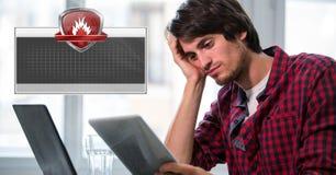 Экран обеспечения безопасности брандмауэра с пустыми коробкой и человеком на компьютере Стоковая Фотография RF