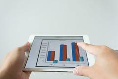 Экран руки бизнесмена касающий планшета с рынком Стоковое Изображение RF