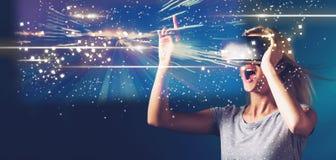 Экран цифров с молодой женщиной с VR стоковое фото