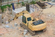 Экскаваторы работают раскопки отверстие в индустрии строительства на строительной площадке Стоковые Фотографии RF